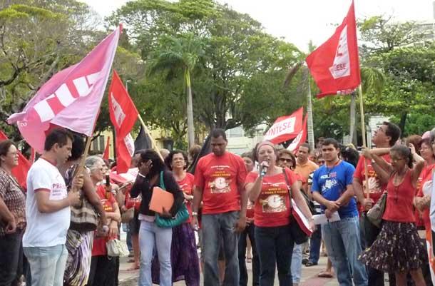 Professores de Sergipe entram em greve e fazem ato na porta do palácio nesta segunda dia 18