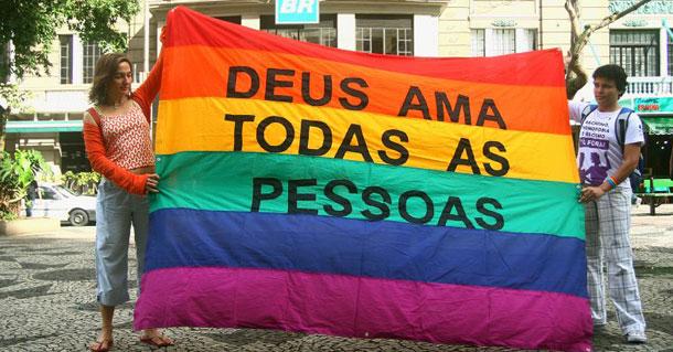 Padre católico espanhol impede batizado ao descobrir que padrinho é gay