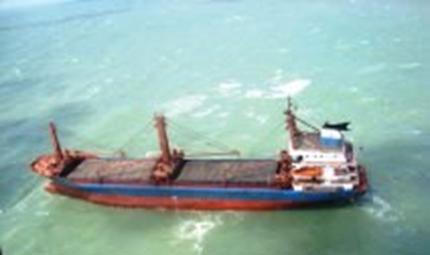 Incêndio corta energia de barco, que fica à deriva