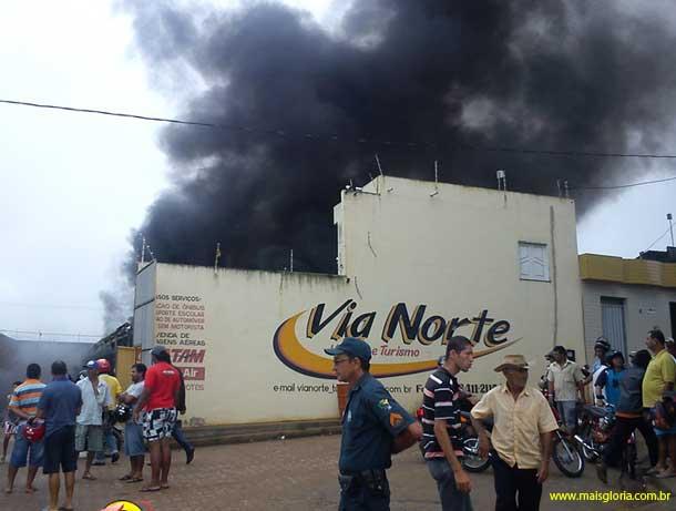 Ônibus pegam fogo dentro de garagem no sertão de Sergipe