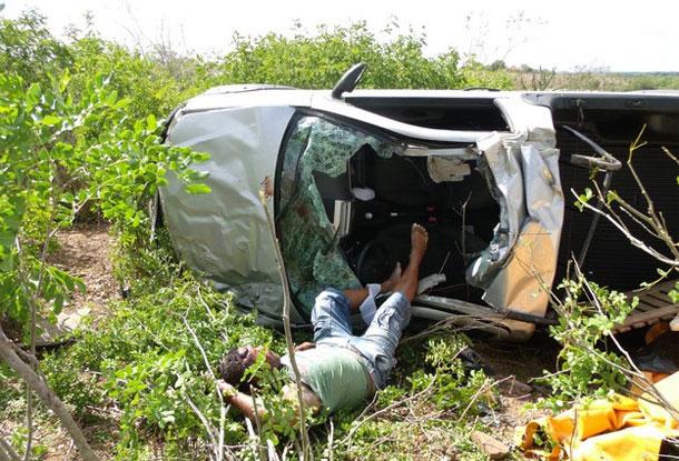 Carro capota e mata comerciante de Itabaiana (Veja as fotos )