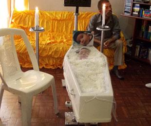 Criança que morreu no hospital após ser queimada com água quente é sepultada