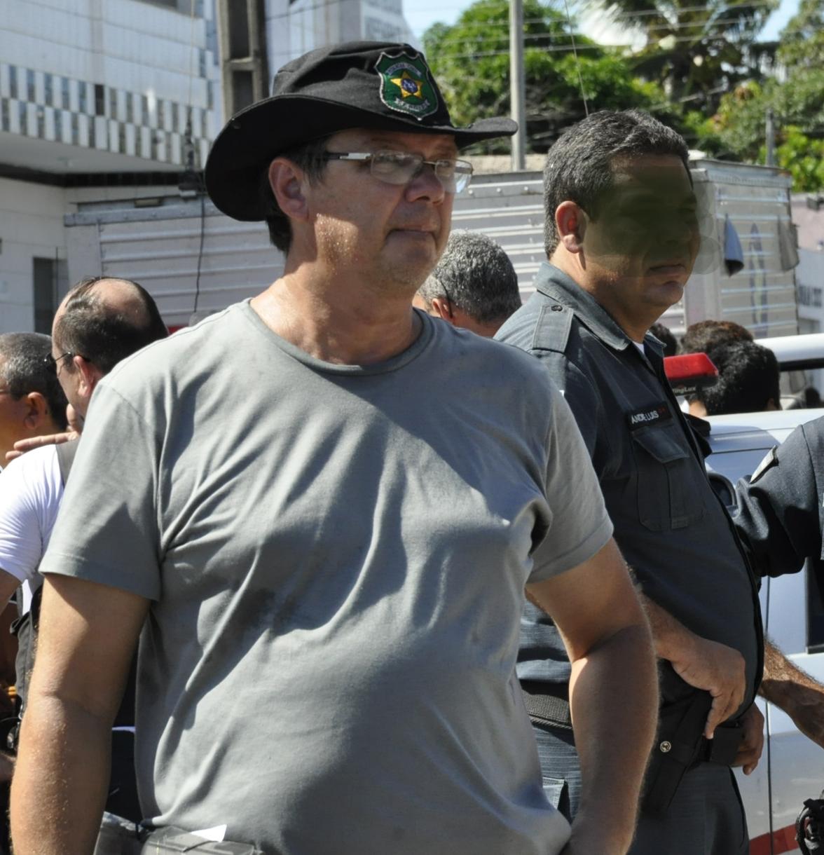 EXCLUSIVO – Jornalista é agredido por policial enquanto trabalhava em caso de homicídio