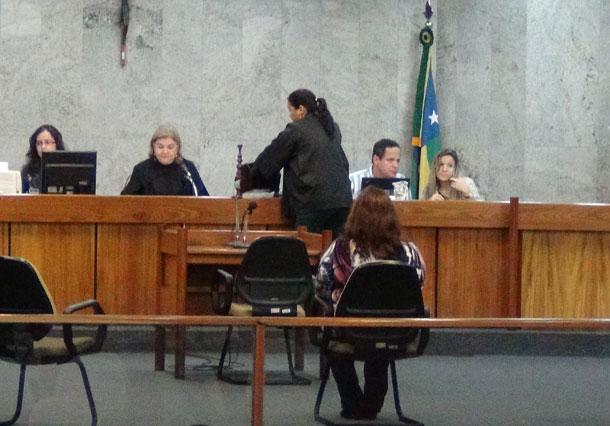 Ex-delegada senta no banco dos réus acusada de matar o marido