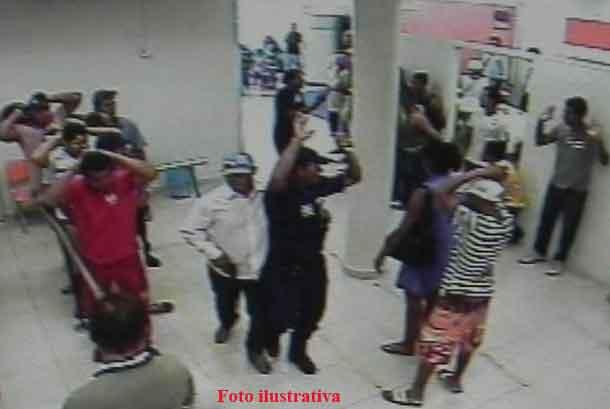 Bandidos invadem agência bancária, roubam dinheiro e armas
