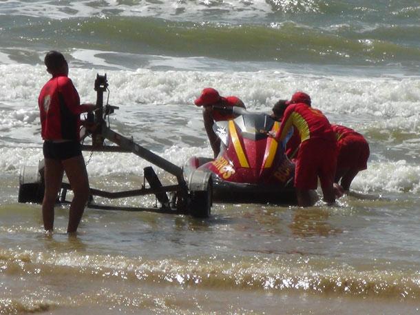 Barco com pescadores naufraga na praia da Coroa do Meio