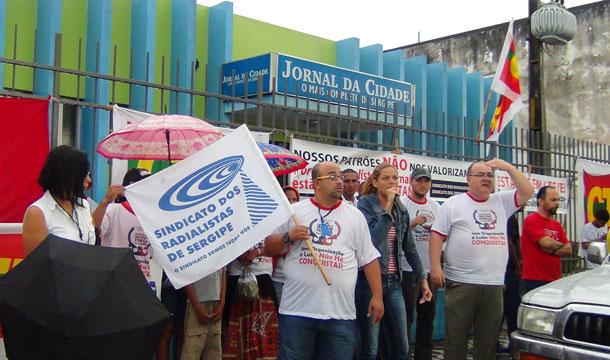 Radialistas e Jornalistas de Sergipe fecham jornal em Aracaju