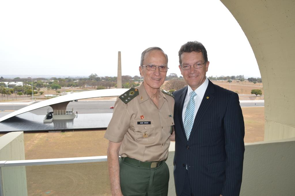 Deputado é recebido por Comandante do Exército brasileiro
