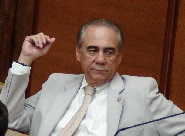 Venancio-Fonseca---sentado