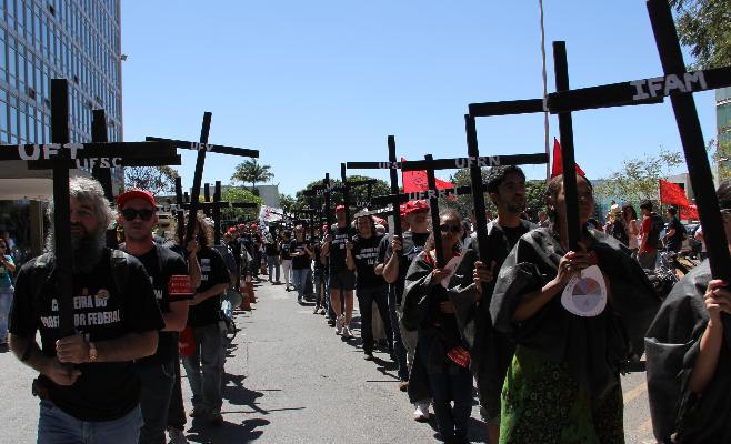 Servidores do DETRAN de Sergipe fazem ato fúnebre no 4º anto de Greve