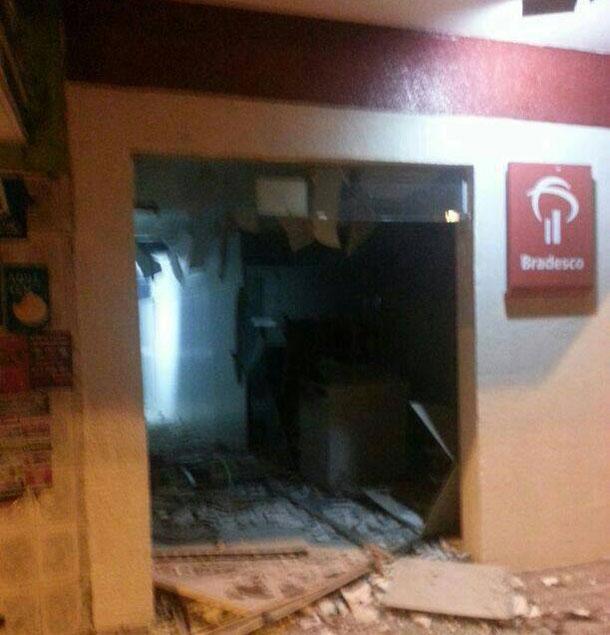 Bandidos explodem caixas eletrônicos do Bradesco em Poço Redondo