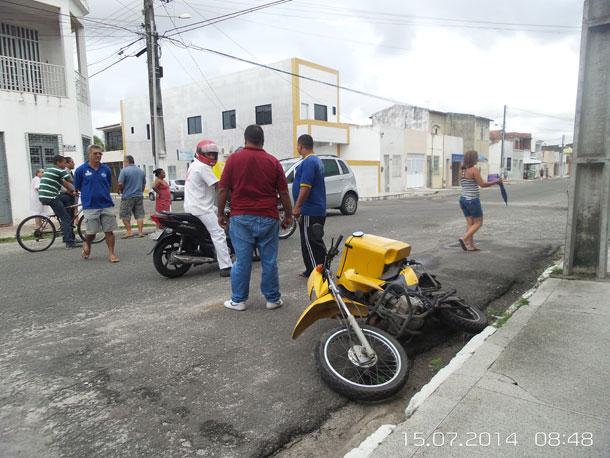 Motoqueiro sofre acidente e é arremessado à mais de 10 metros de distância