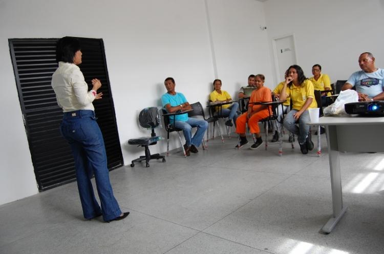 Fiscais recebem orientações para abertura do Mercado Vereador Milton Santos