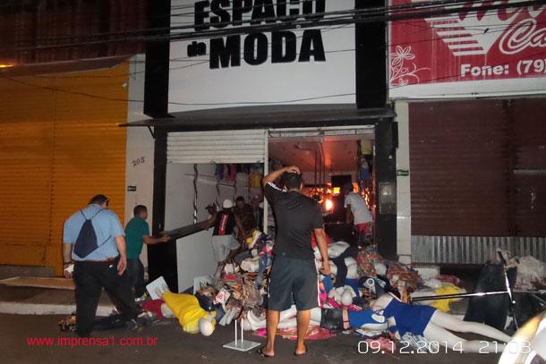 Loja pega fogo no centro comercial de Aracaju