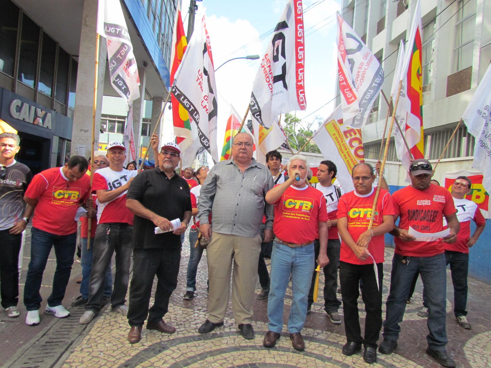 Trabalhadores de Sergipe fazem ato de protesto contra medidas da presidente Dilma