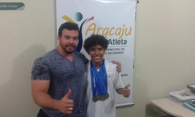 Nadador do Aracaju Bolsa Atleta é destaque nas piscinas e nos estudos