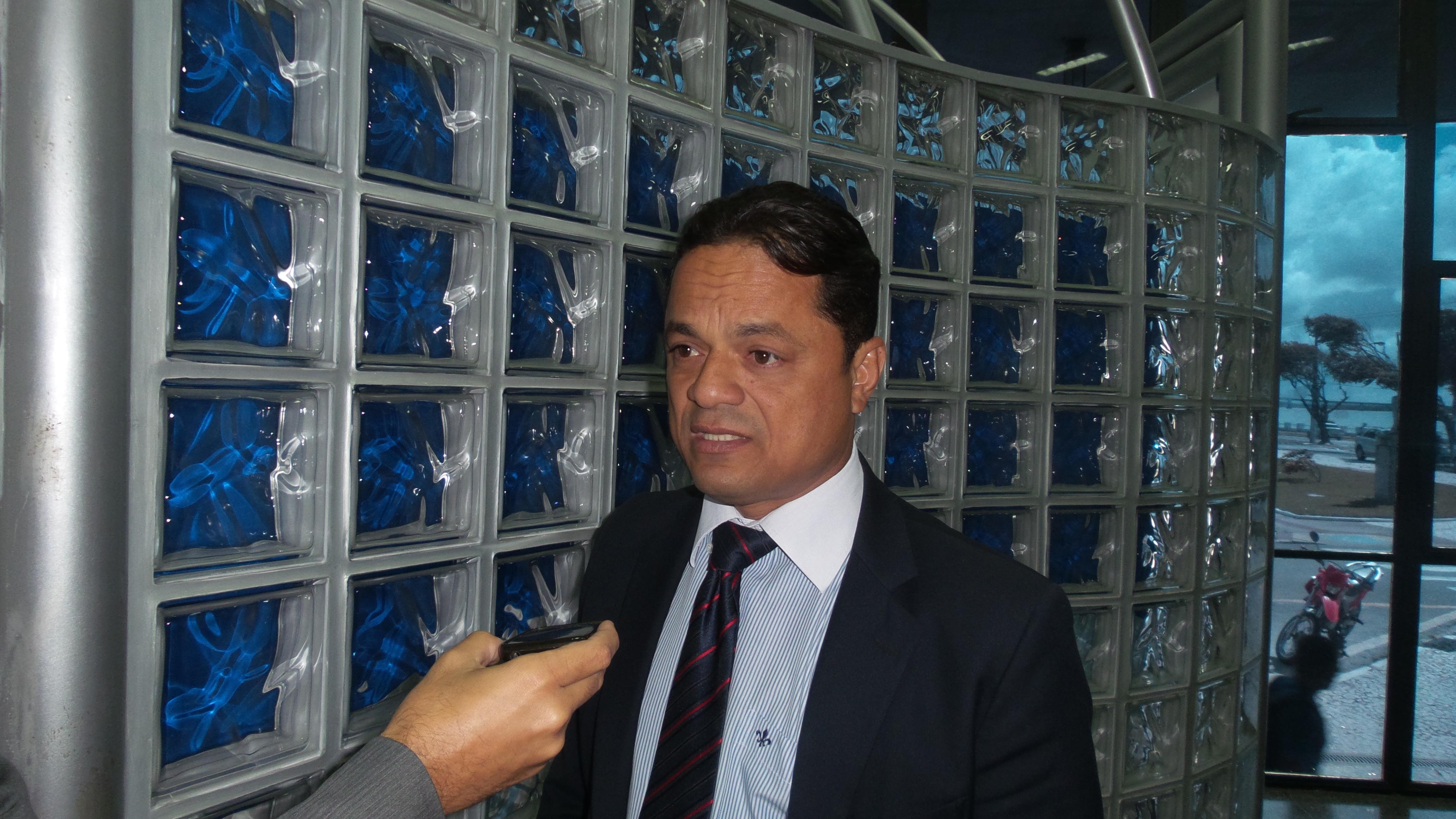Governo faz economia nas costas dos servidores, diz Samuel