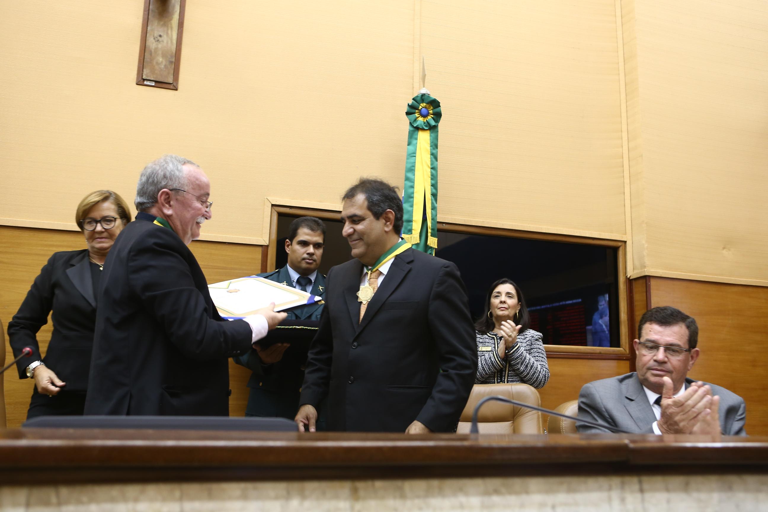 "Assembleia Legislativa entrega medalha da ""Ordem do Mérito Parlamentar"" a César Britto"