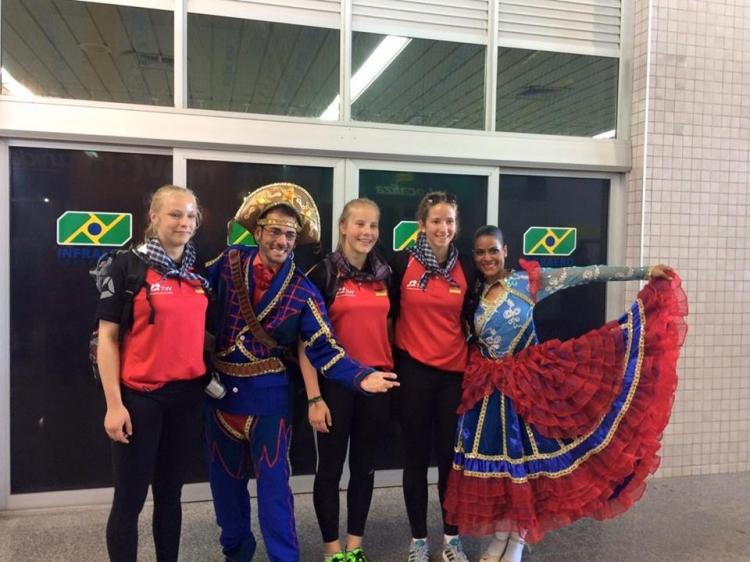 Atletas do Mundial de Vôlei são recepcionados no clima junino de Aracaju