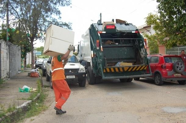 Justiça proíbe CAVO de transportar garis nos estribos e parte externa de caminhões