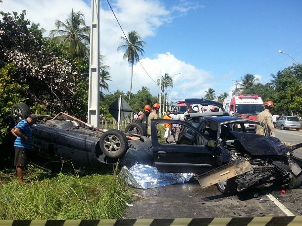 Mulher morre e três pessoas ficam feridas em acidente na Barra dos Coqueiros