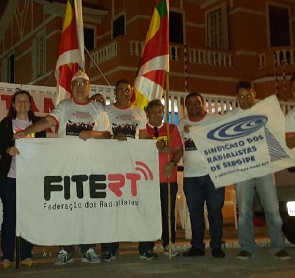Radialistas de Sergipe fecham a rádio Rede Ilha FM em Aracaju