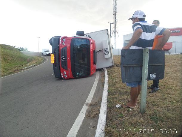 Caminhão que transportava carne tomba em alça de viaduto