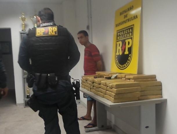 Policiais da RP prende jovem com 100kg de maconha e uma pistola ponto 45