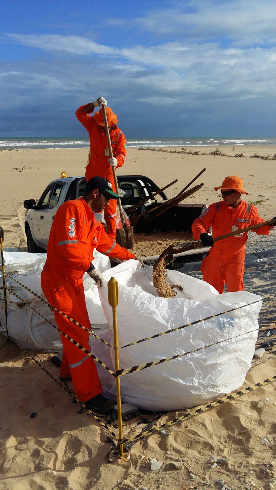 Derramamento de óleo atinge praias de Pirambu