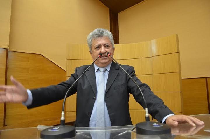 Deputado Gilson Andrade denuncia abandono de casas populares em Estância