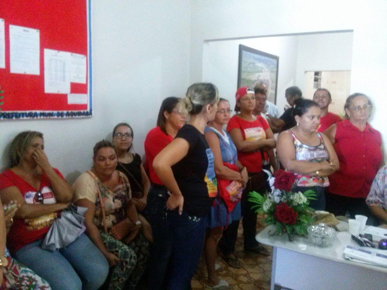 Professores de Aquidabã ocupam prefeitura
