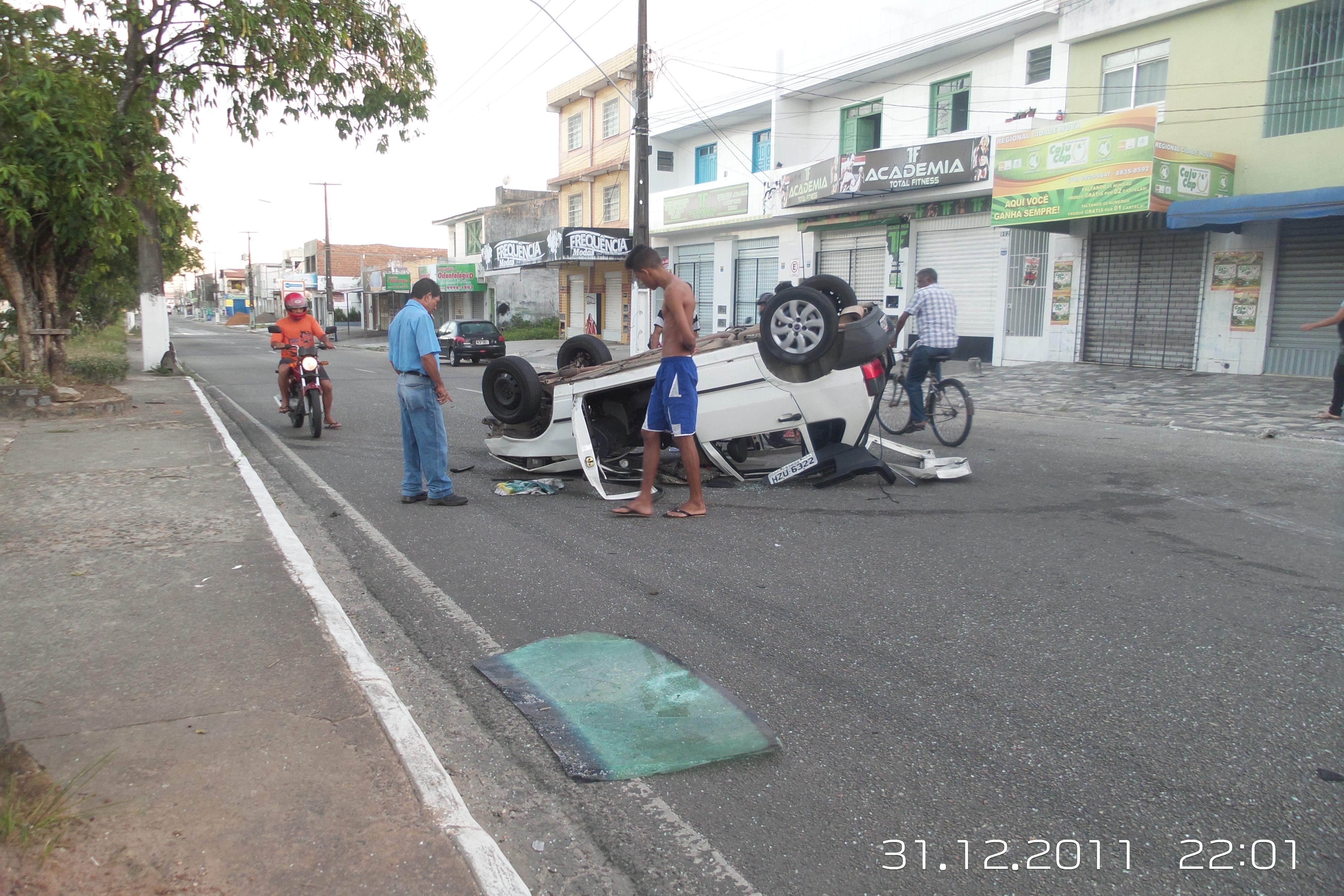 Jovens ficam feridos após carro capotar na Avenida Visconde de Maracaju
