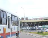 Grupo com dez assaltantes realiza arrastão em ônibus do transporte coletivo