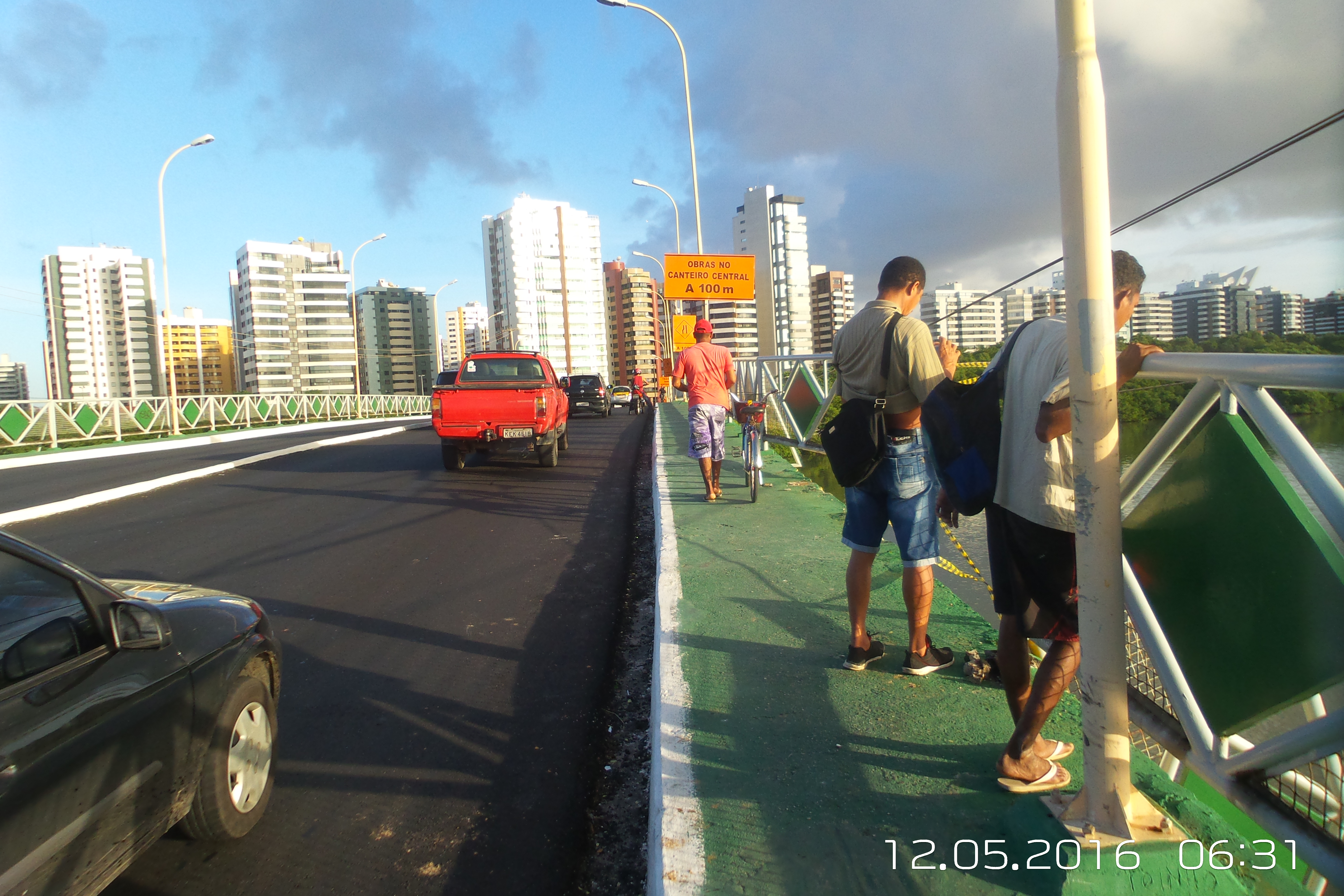 Carro cai da ponte de acesso ao Shopping Riomar em Aracaju