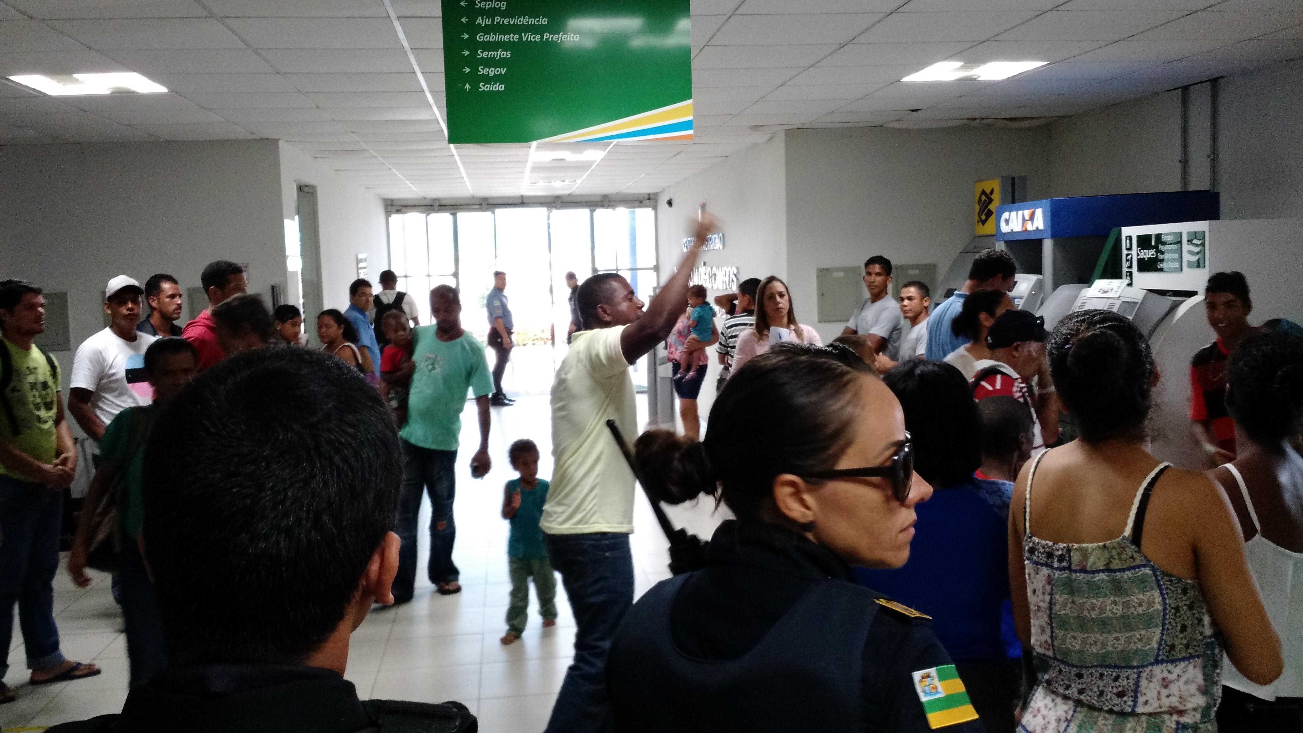 Familias do Santa Maria ocupam sede da prefeitura de Aracaju