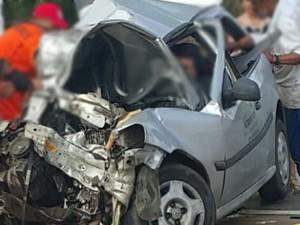 Acidente entre carreta e carro de passeio deixa três pessoas feridas