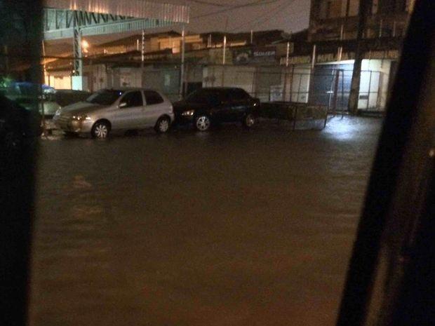 Ruas enchem e canais transbordam com chuva intensa em Aracaju