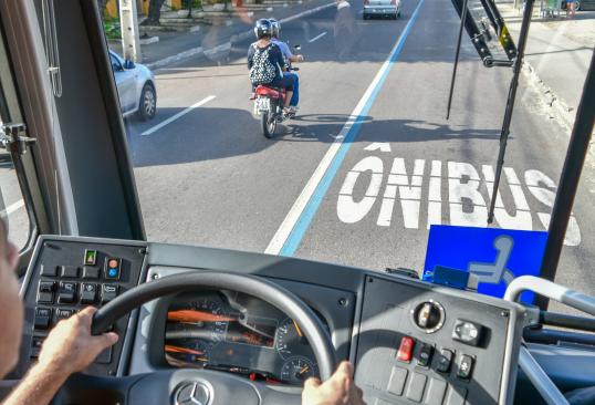 Faixa exclusiva ao ônibus rende redução do tempo de viagem