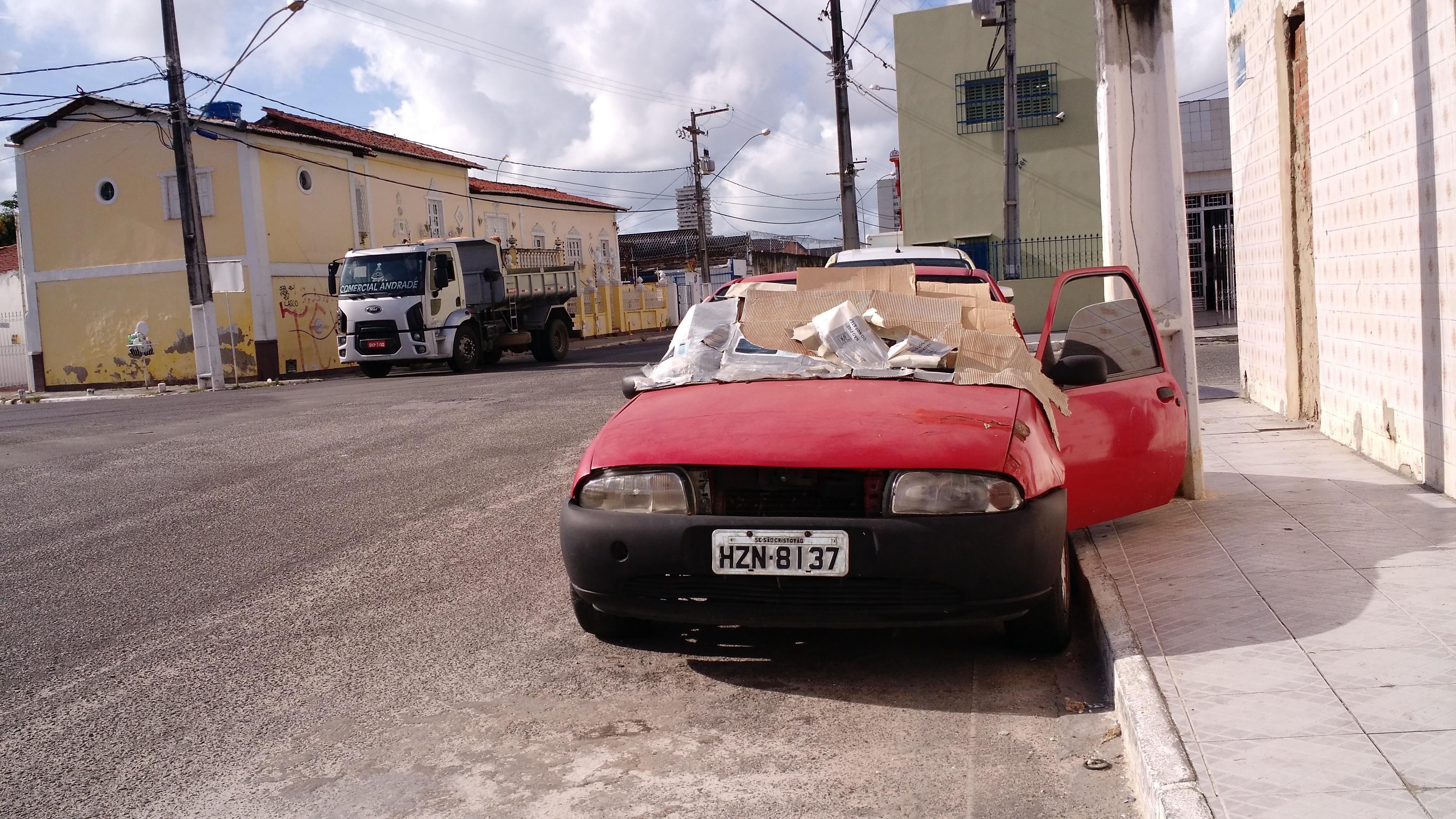 Moradores do Bairro Industrial pedem ajuda para o idoso que mora dentro de carro