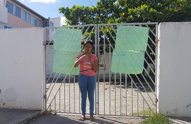 Mulher se acorrenta na porta de posto de saúde em Aracaju como forma de protesto