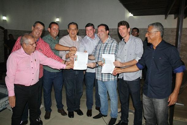 Prefeitos do Baixo São Francisco entregam carta de socorro ao deputado André Moura